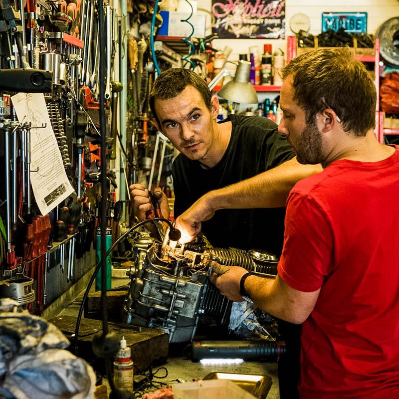 mécanicien répare un moteur de moto dans son garage, artisan, passion, Sébastien Garcia, des Sites et des Lettres, création de site, photographie, square