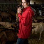 élevage, agricultrice tient une chèvre dans ses bras, Sébastien Garcia, des Sites et des Lettres, création de site, photographie